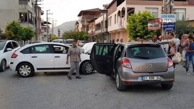 Samandağ'da araçlar kafa kafaya çarpıştı: 3 yaralı