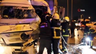Sebze yüklü kamyon tıra arkadan çarptı: 2 yaralı