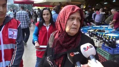 Gençlerden pazardan dönen yaşlılara sürpriz