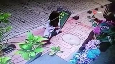 Beyoğlu'nda yabancı uyruklu kadına kapkaç kamerada