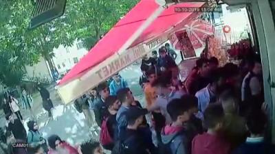 Sultangazi'de öğrenciler 'taciz' iddiasıyla markete saldırdı... O anlar kamerada