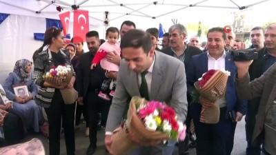 Evlat nöbetindeki aileler Mehmetçik için ördükleri atkıları gönderdi