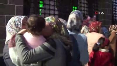 Evlat nöbeti tutan aileler Hz. Süleyman Camii'nde çocukları için dua etti