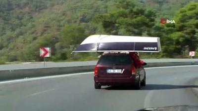 Kayığını otomobilin üstünde taşıyan sürücünün tehlikeli yolculuğu kamerada
