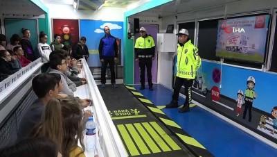 Niğdeli öğrenciler trafiği Mobil Trafik Eğitim Tırı ile öğreniyor