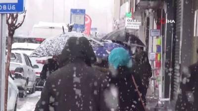 Van'da lapa lapa kar yağdı...Vatandaşlar çocuklar gibi eğlendi