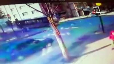 Seyir halindeki otomobil halk otobüsüne böyle çarptı