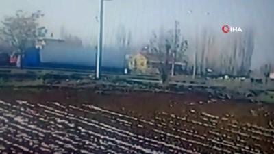 Direğe çarparak ikiye bölünen araç kamerada