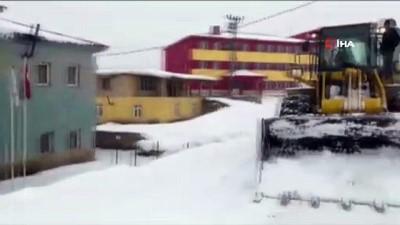 Kar yolları kapattı, doğum sancısı çeken kadını sağlık ekipleri kurtarıldı