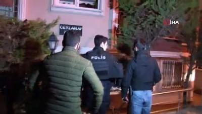 Elinde silahla balkona çıkıp rastgele ateş eden şahıs yakalandı