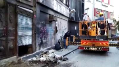 Beyoğlu'nda çökme meydana gelen iki katlı binanın yıkımına başlandı