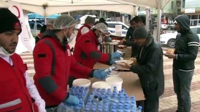 Deprem bölgesinde her gün sıcak yemek dağıtımı yapılıyor
