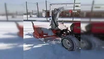 Eksi 10 derecede futbol sahasında kar temizleme çalışması