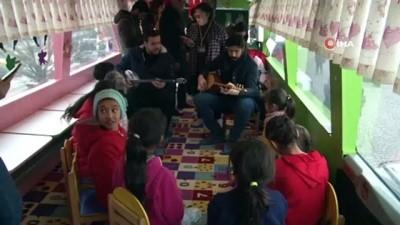Gönüllü öğretmen kardeşler, depremzede çocukları mutlu ediyor