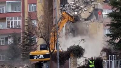 Depremde hasar gören 3 bloklu sitenin yıkımına başlandı