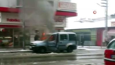 Park halindeki hafif ticari araç alev alev yandı