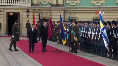 - Cumhurbaşkanı Erdoğan, Kiev'de resmi törenle karşılandı