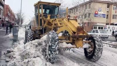 Erzincan'da kar yığınları kamyonlarla şehir dışına taşınıyor