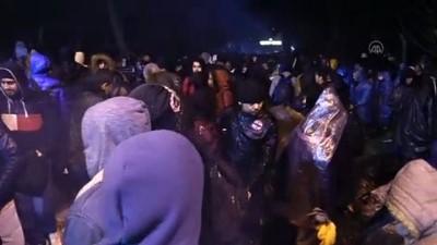 Düzensiz göçmenler Pazarkule Sınır Kapısı önünde toplandı - EDİRNE