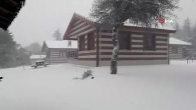 Manisa Spil Dağı'nda yoğun kar yağışı etkili oluyor