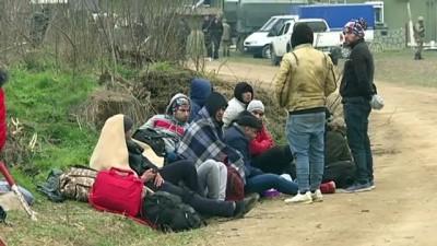 Düzensiz göçmenler ormanlık arazide ateş yakarak ısınmaya çalışıyor (2) - EDİRNE