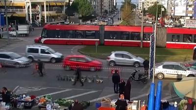Dalgınlık ve kural ihlali az daha canlarına mal oluyordu...Tramvay kazaları kamerada