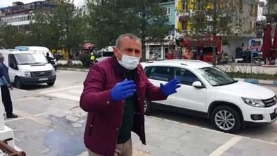Tunceli Valisi Sonel maske dağıttığı vatandaşlara 'Evde Kal' çağrısı yaptı