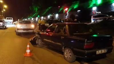293 promil alkollü sürücü kırmızı ışıkta bekleyen sivil polis aracına çarptı: 1 yaralı