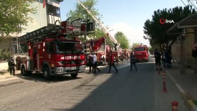 112 istasyonu ile telekomünikasyon şirketinin bulunduğu bina alevlere teslim oldu