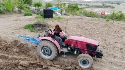 Genç kadın muhtar traktörün başına geçti, yaşlı vatandaşın tarlasını sürdü