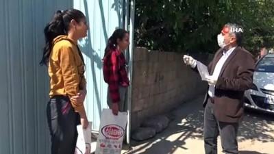 Kapı kapı dolaşıp öğrencilerine kitap ve test dağıttı
