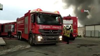 Bağcılar'da bulunan İSTOÇ geri dönüşüm tesisinde yangın çıktı. Yangına çok sayıda itfaiye ekibi müdahale ediyor.