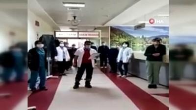 Merzifon'da 2 kadın korona virüsü yenerek alkışlarla taburcu oldu