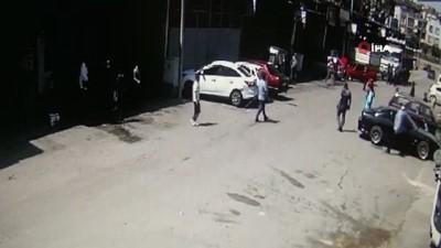 Park halindeki araçlara çarpıp kaçtı; esnaf, şahsı böyle yakalamaya çalıştı