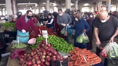 Korona virüs tedbirlerine rağmen pazarda ürünleri elleriyle seçtiler