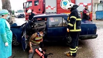 Ağaca çarpan otomobil hurdaya döndü: 2 yaralı