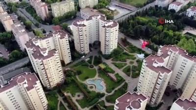 İstanbullular balkon ve camlara çıkarak 19 Mayıs'ı kutladı