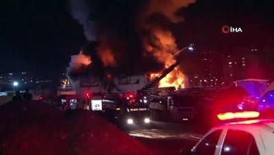 Ümraniye'de bir iş yerinde yangın çıktı. Yangına itfaiye ekiplerinin müdahalesi devam ediyor.
