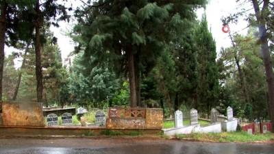 Salgın kısıtlamaları mezarlıklara sıçradı,  mezarlıklar bu yıl boş kaldı