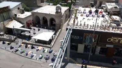 Cami avlularına sığmayan Kilisliler Cuma namazını çatılarda kıldı