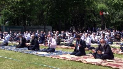 Fatih'in vefat ettiği Hünkar Çayırında 400 kişi Cuma namazı kıldı