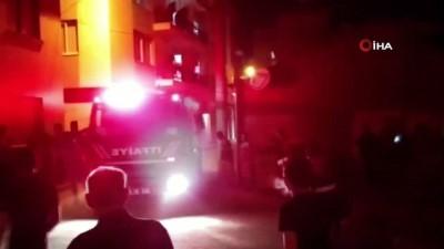 Söke'de metruk bina alev alev yandı