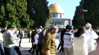 - Fanatik Yahudiler, Mescid-i Aksa'ya açılır açılmaz baskın yaptı