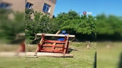 Boş arsaya çocuklar için park yapan vatandaş muhtar tarafından böyle darp edildi