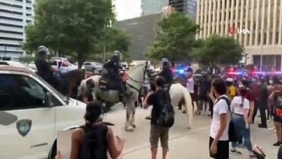 - ABD'de atlı polis göstericiyi ezdi