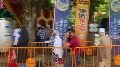 Sakarya'da çeşmelerden ücretsiz bal ve süt aktı