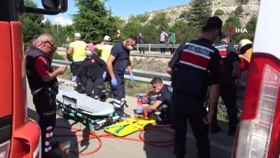 Kontrolden çıkan otomobil orta refüjdeki ağaca çarptı: 3 kişi yaralandı