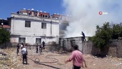 Çocuklar ateşle oynadı, tek katlı ev kül oldu