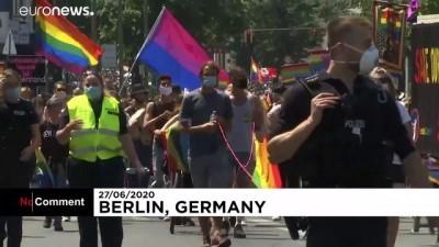 Berlin'de iptal edilen 'Onur Yürüyüşü' yerine protesto gösterisi