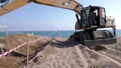 Sahile giren iş makinesi caretta carettalar için hendek kazdı
